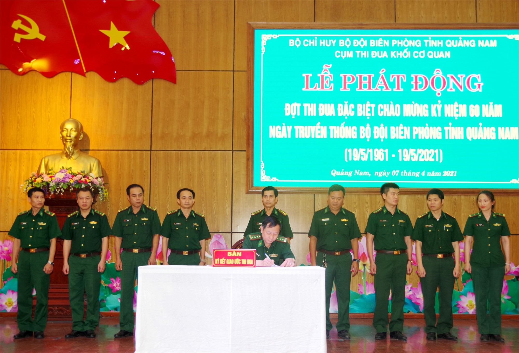 Lãnh đạo các phòng, ban khối cơ quan Bộ Chỉ huy Biên phòng tỉnh ký kết giao ước thi đua.