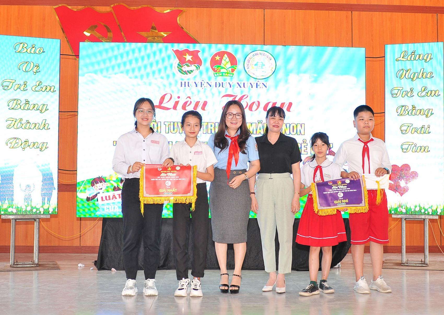 Ban tổ chức trao giải nhất, nhì cho 2 đội Duy Sơn và Duy Trinh. Ảnh: T.M