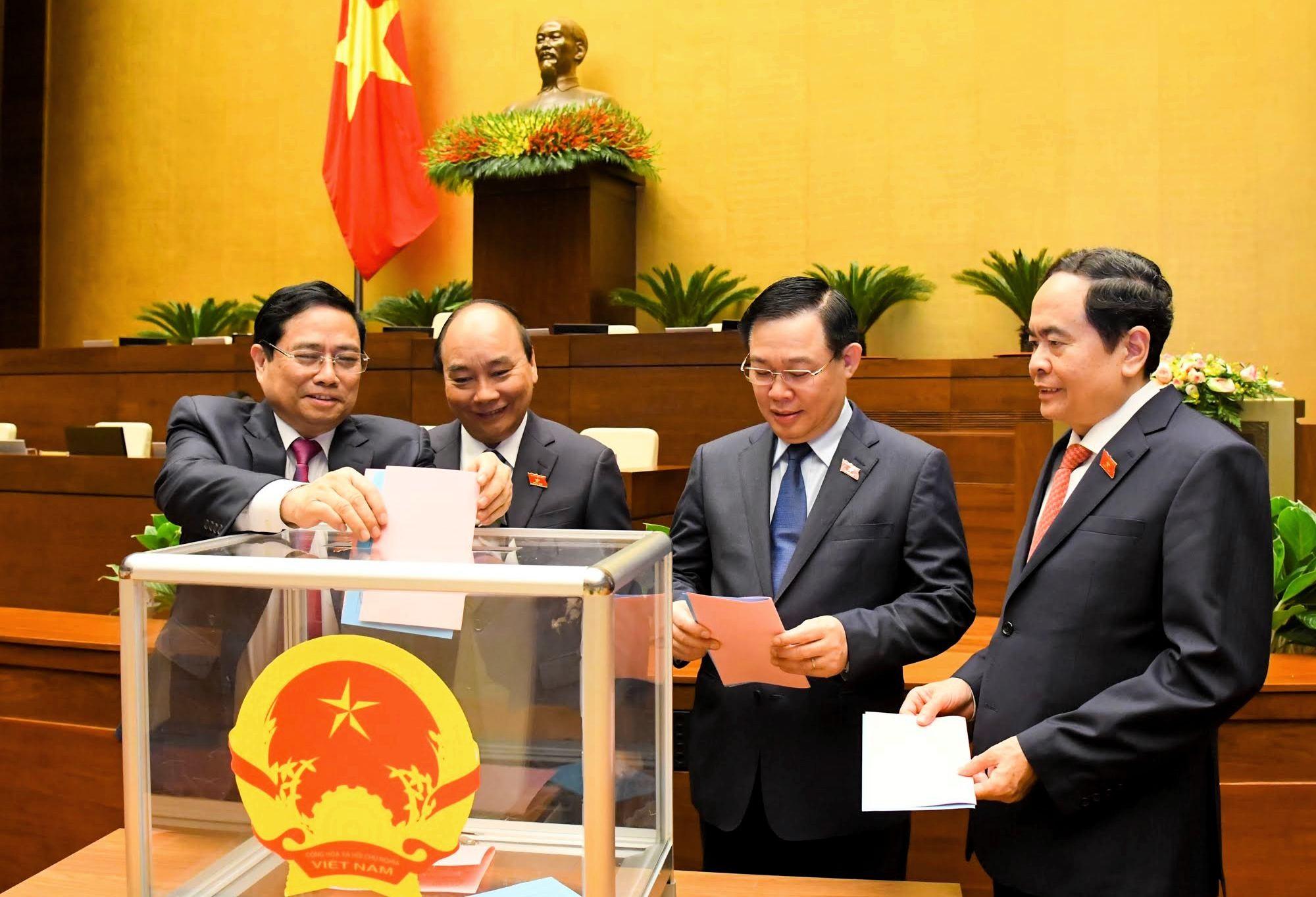 Các đại biểu Quốc hội bỏ phiếu phê chuẩn đề nghị việc bổ nhiệm một số Phó Thủ tướng Chính phủ, một số Bộ trưởng và thành viên khác của Chính phủ.