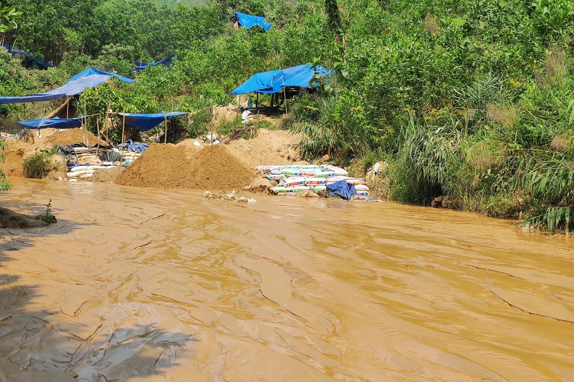 Khai thác vàng trái phép ở mỏ vàng Bồng Miêu gây ô nhiễm môi trường. Ảnh: B.A