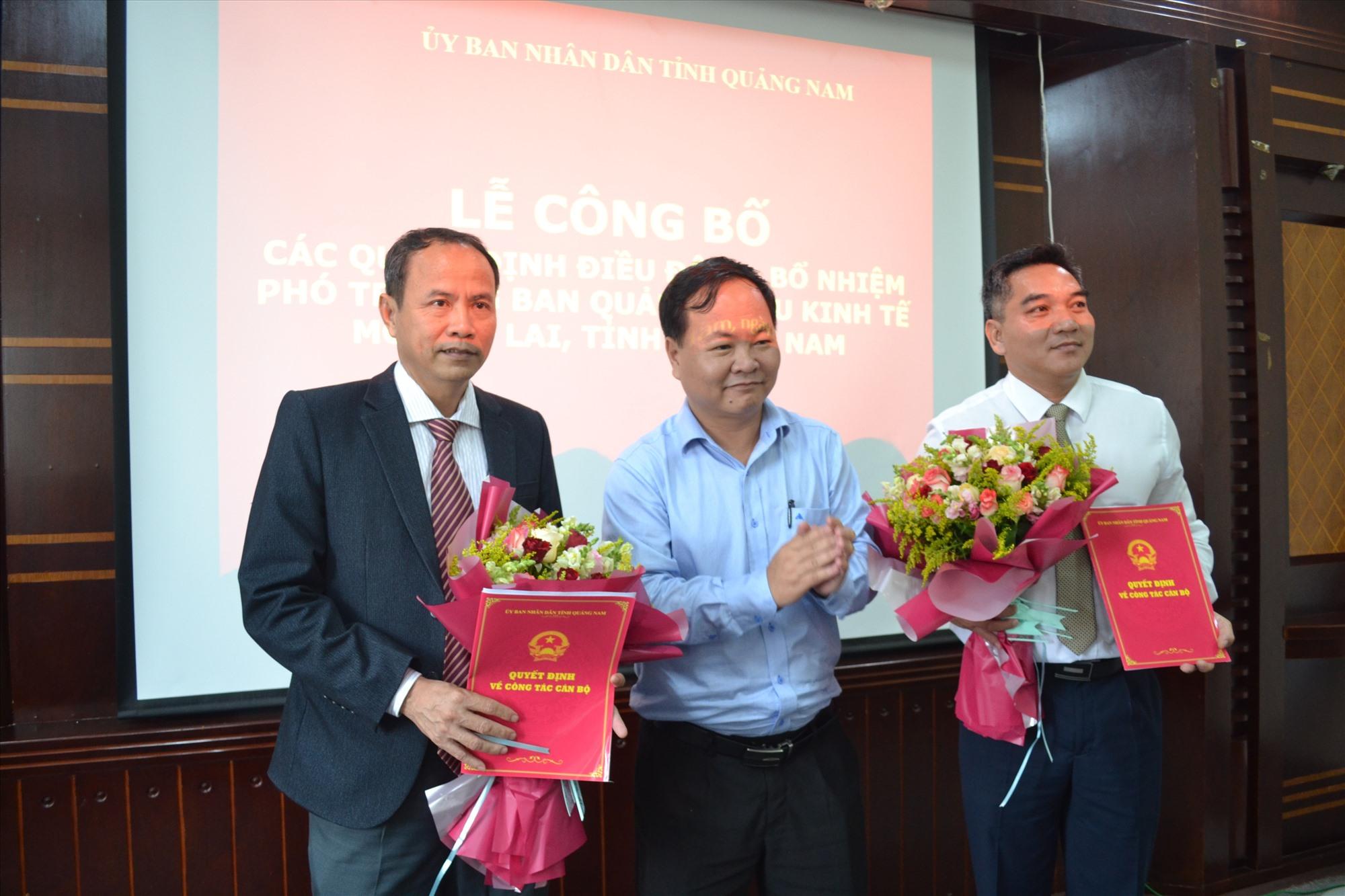 Phó Chủ tịch UBND tỉnh Nguyễn Hồng Quang trao quyết định về công tác cán bộ đối với ông Thiều Việt Dũng và ông Lê Quang Triều. Ảnh: VIỆT NGUYỄN