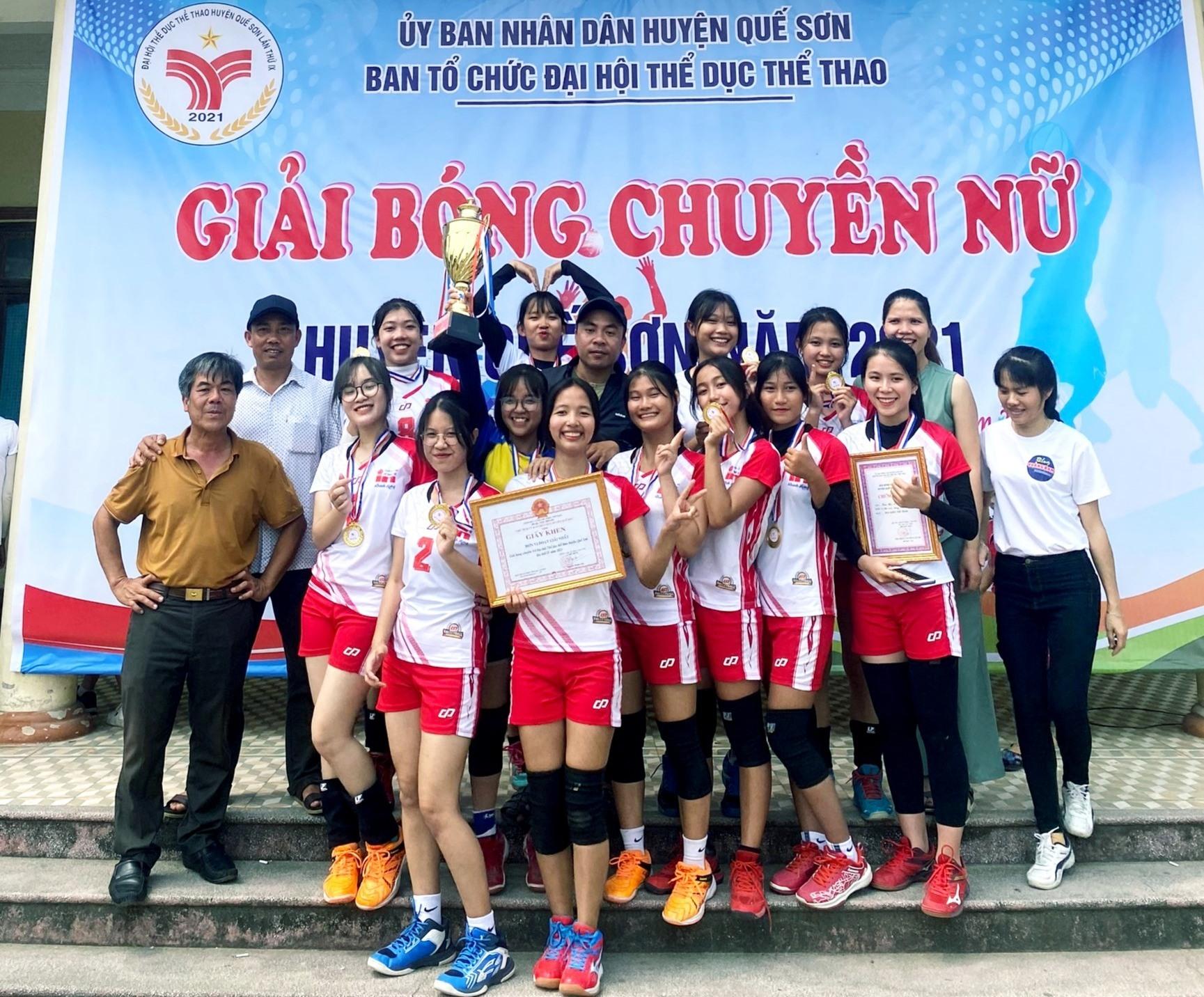Đội bóng chuyền nữ thị trấn Đông Phú giành chức vô địch. Ảnh: VĂN SỰ
