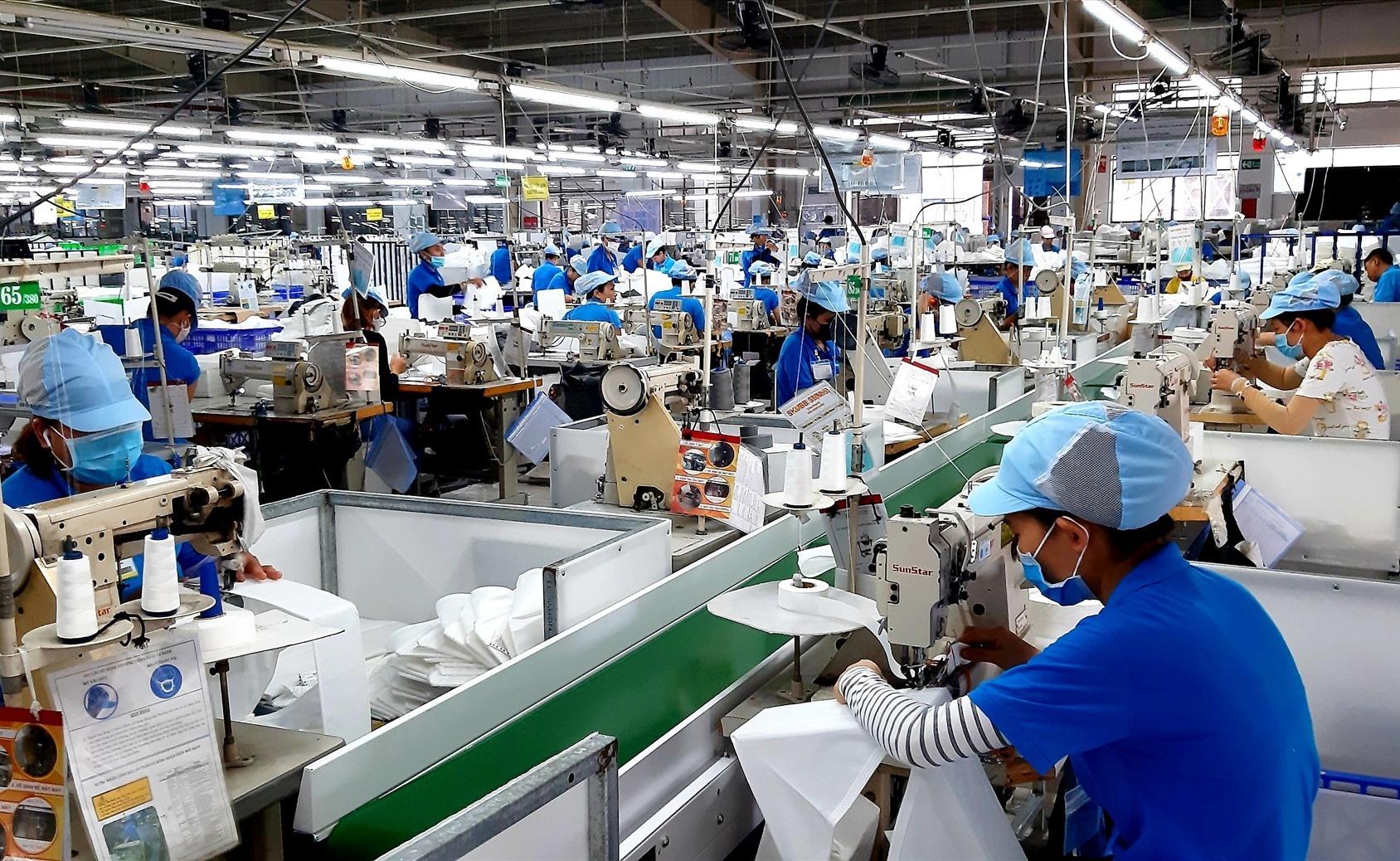 Mặc dù gặp nhiều khó khăn do ảnh hưởng dịch bệnh Covid-19 nhưng hoạt động sản xuất công nghiệp - tiểu thủ công nghiệp của Duy Xuyên vẫn có bước phát triển tốt. Ảnh: T.S
