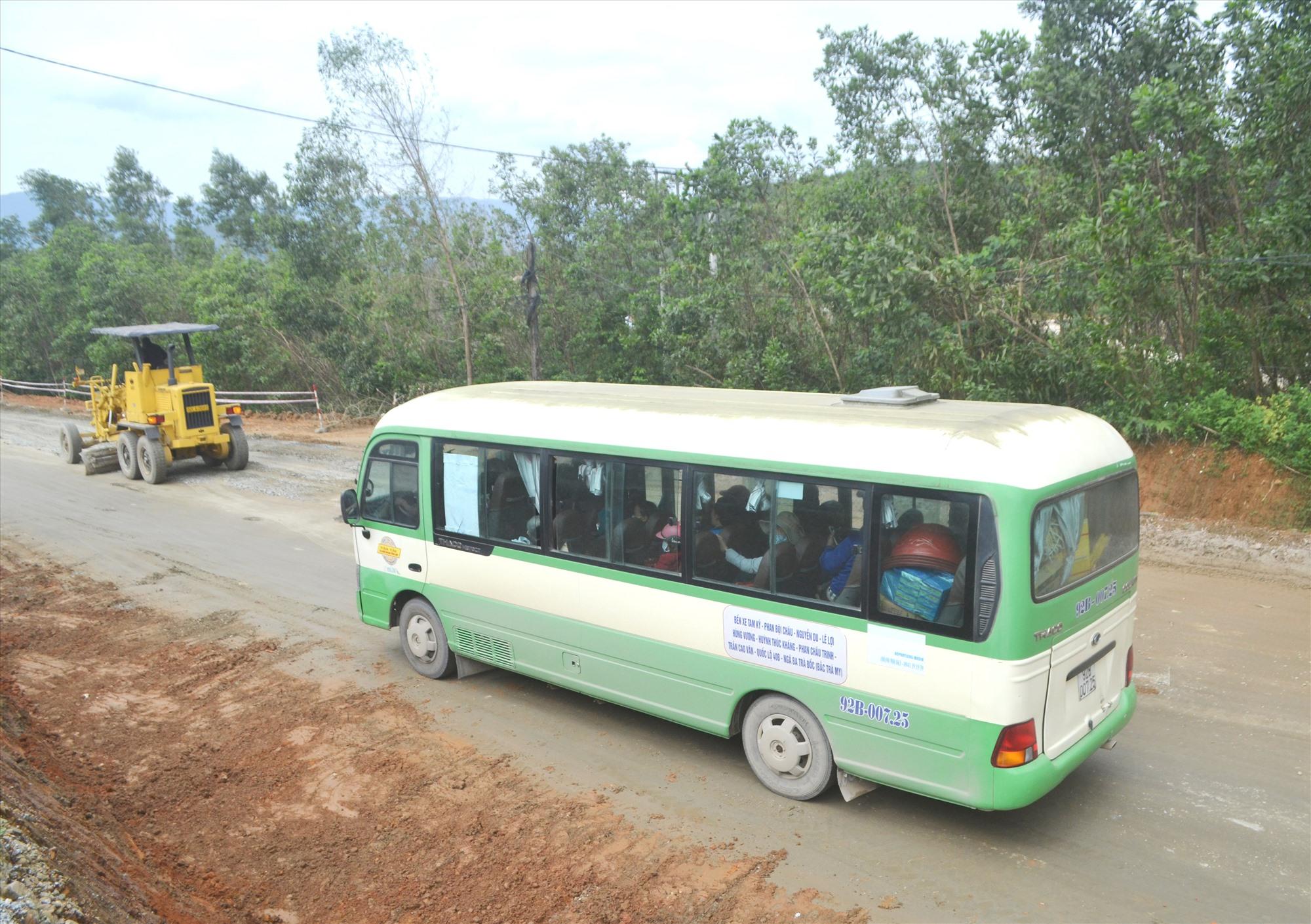 Xe buýt Tam Kỳ-Bắc Trà My góp phần giảm thiểu phương tiện cá nhân lưu thông trên đường. Ảnh: T.C.T