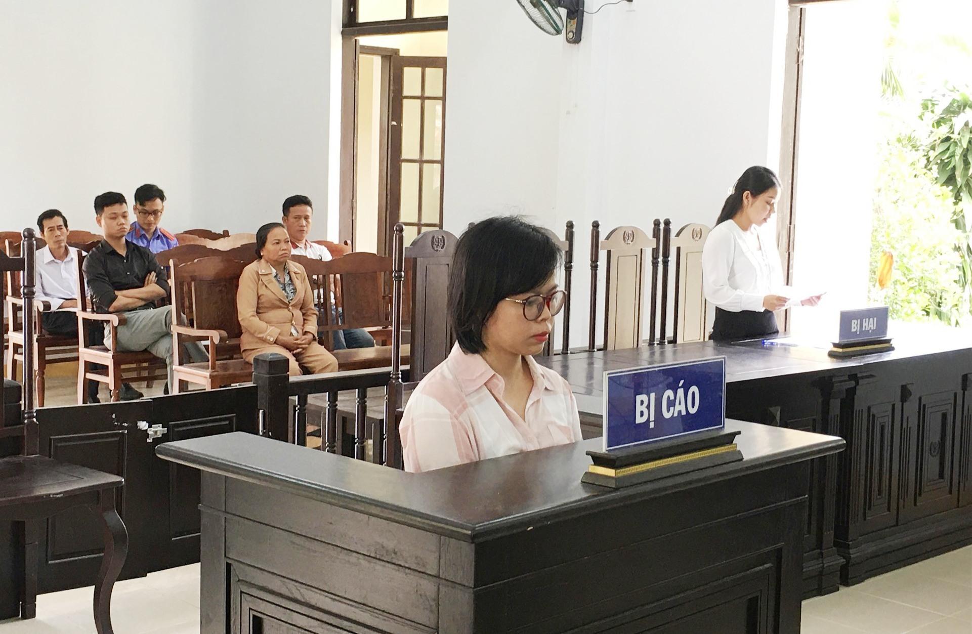 Bị cáo Đinh Thị Bích Hiền tại phiên tòa. Ảnh: H.C