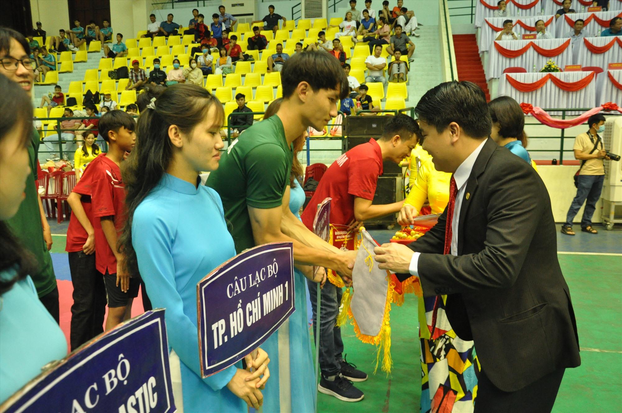 Phó Chủ tịch UBND tỉnh Trần Văn Tân trao hoa động viên các đơn vị. Ảnh: T.V