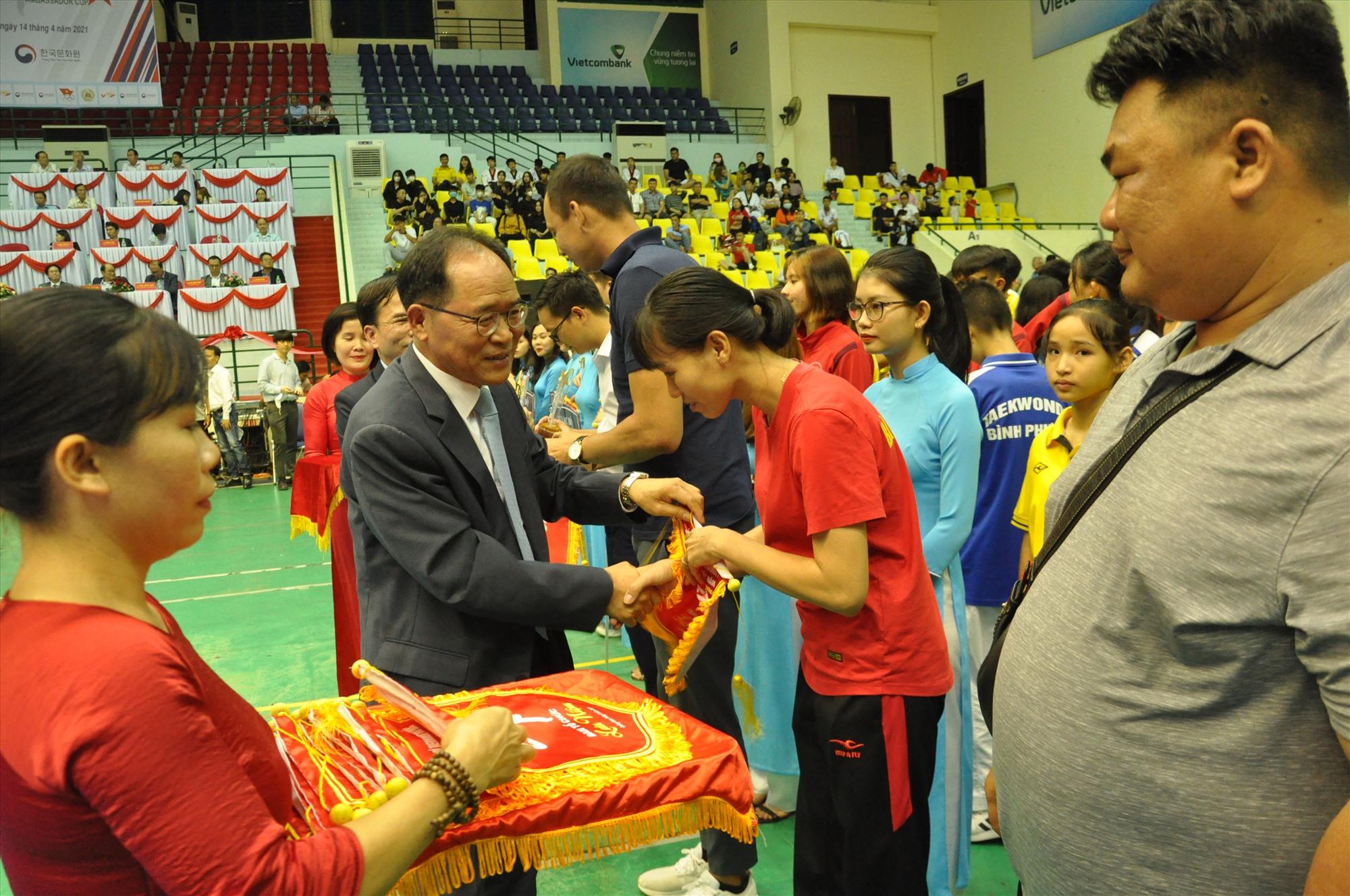 Đại sứ đặc mệnh toàn quyền Đại Hàn Dân quốc tại Việt Nam tặng cờ lưu niệm cho các đơn vị dự giải. Ảnh: T.V