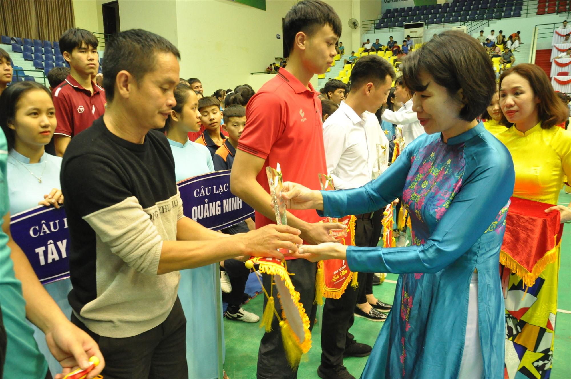 Bà Lê Thị Hoàng Yến - Phó Tổng cục trưởng Tổng cục TD-TT động viên các vận động viên. Ảnh: T.V