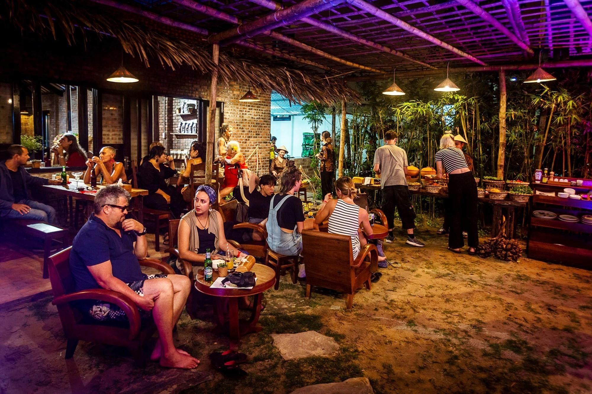 Veggie Hut restaurant at night