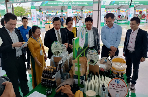 Leaders of Quang Nam and the Ministry of Science and Technology of Vietnam at the startup product stall of Faculty of Medicine and Pharmacy - the University of Da Nang.