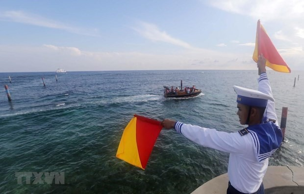A naval soldier of Vietnam on duty on Da Lat Reef in the country's Truong Sa archipelago (Photo: VNA)
