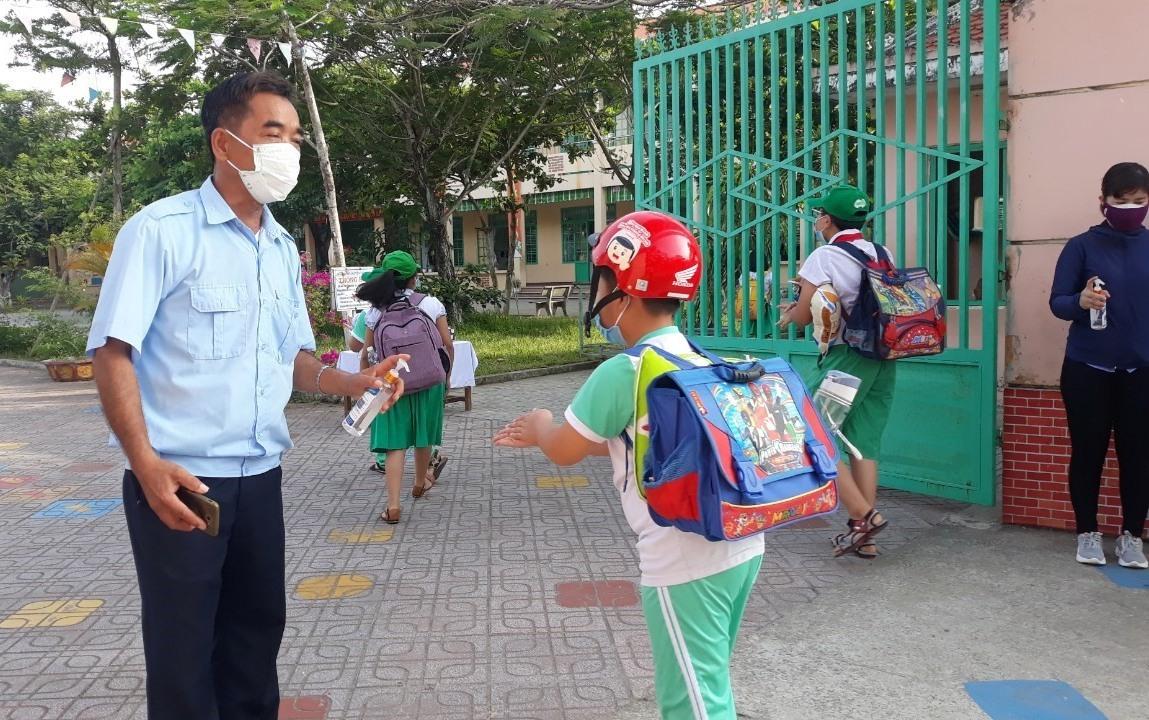 Các trường học trên địa bàn tỉnh thực hiện nghiêm quy định phòng chống dịch. Ảnh: C.N