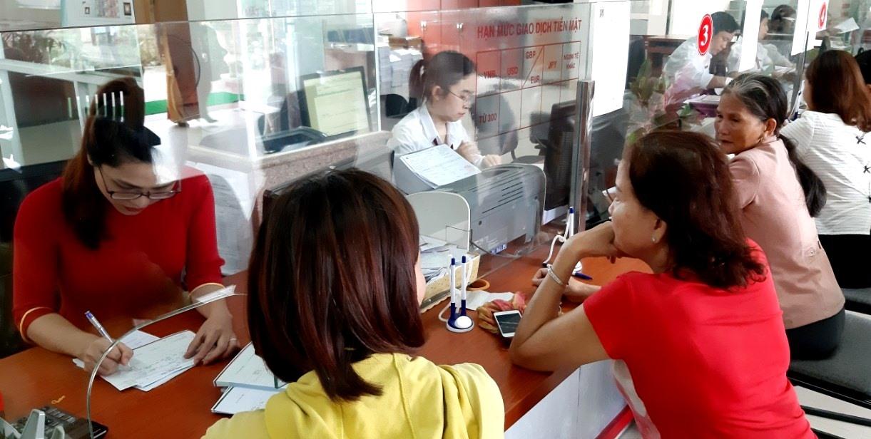Cán bộ Agribank chi nhánh Quảng Nam xem xét để ký kết hợp đồng tín dụng với khách hàng. Ảnh: VIỆT NGUYỄN