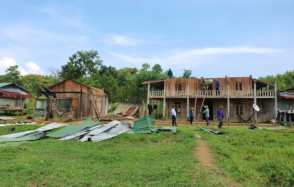 Một số căn nhà ở thôn Đắc Ró, xã Đắc Tôi, huyện Nam Giang bị tốc mái hoàn toàn. Ảnh: BÌNH AN