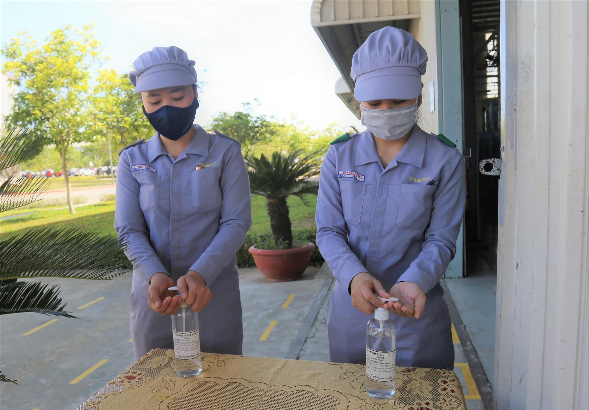 Công nhân Công ty THACO Trường Hải thực hiện sát khuẩn tay trước khi làm việc. Ảnh: TCCC