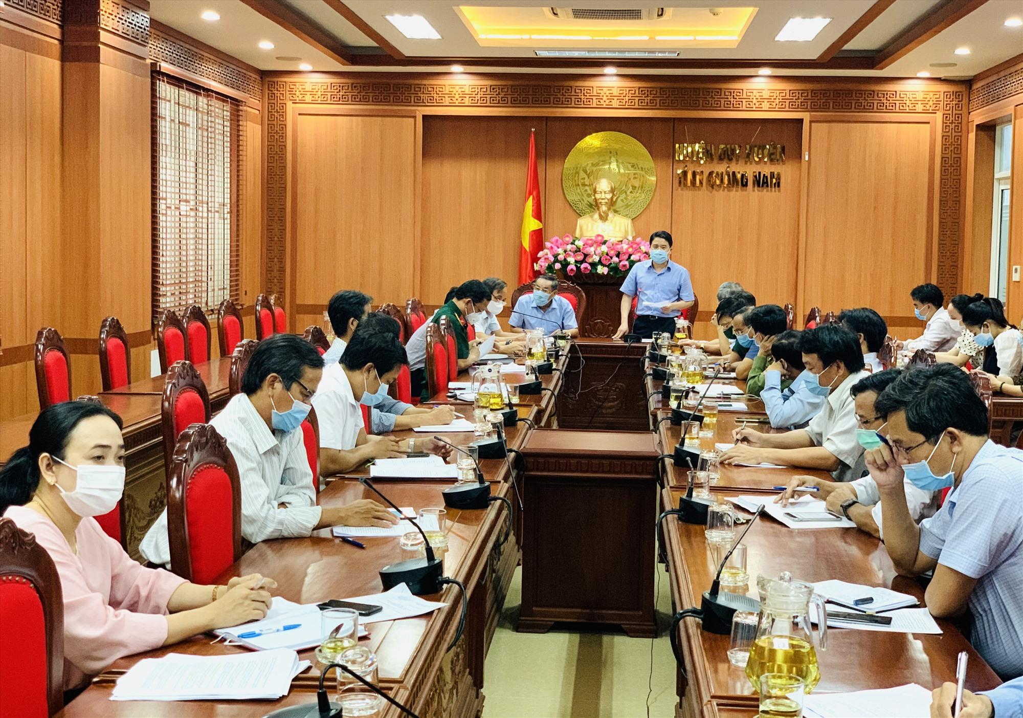 Phó Chủ tịch UBND tỉnh Trần Văn Tân phát biểu chỉ đạo tại buổi làm việc với lãnh đạo huyện Duy Xuyên chiều 14.5. Ảnh: T.P