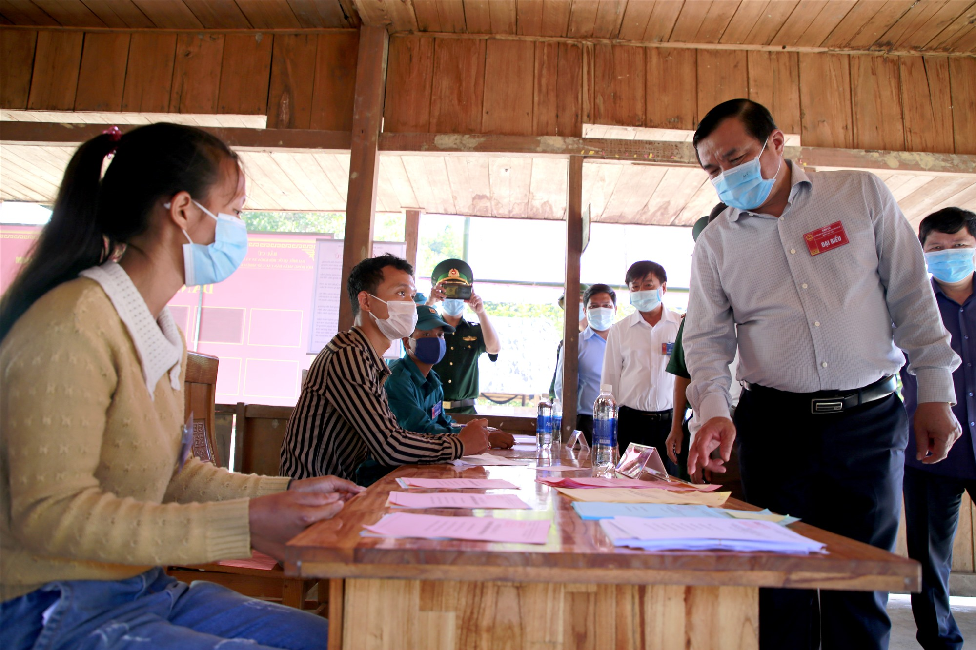 Bí thư Tỉnh ủy, Chủ tịch Ủy ban Bầu cử tỉnh Phan Việt Cường kiểm tra công tác bầu cử sớm tại xã La Êê. Ảnh: THÀNH CÔNG