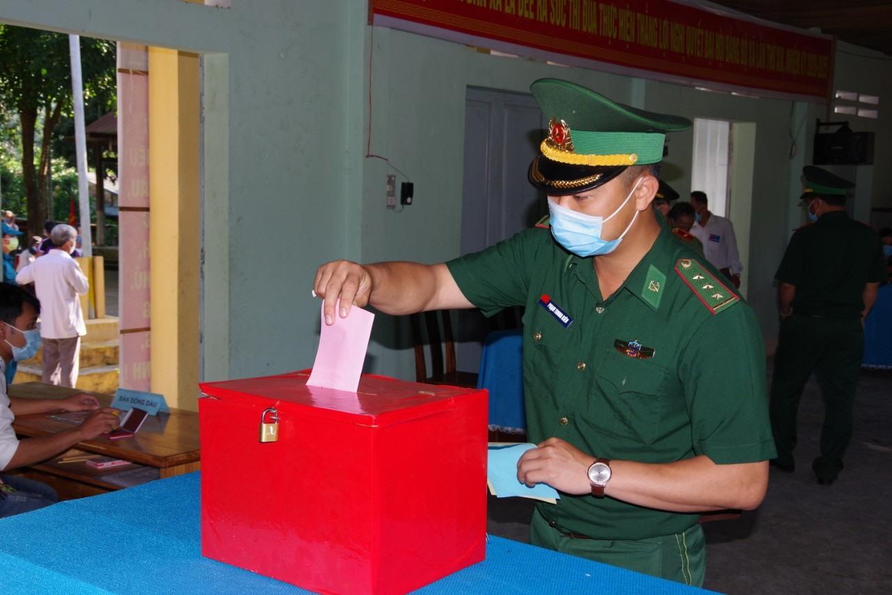 Chiến sĩ biên phòng thực hiện việc bầu cử sớm tại điểm bầu cử số 2 xã La Dêê. Ảnh: HUỲNH CHÍN