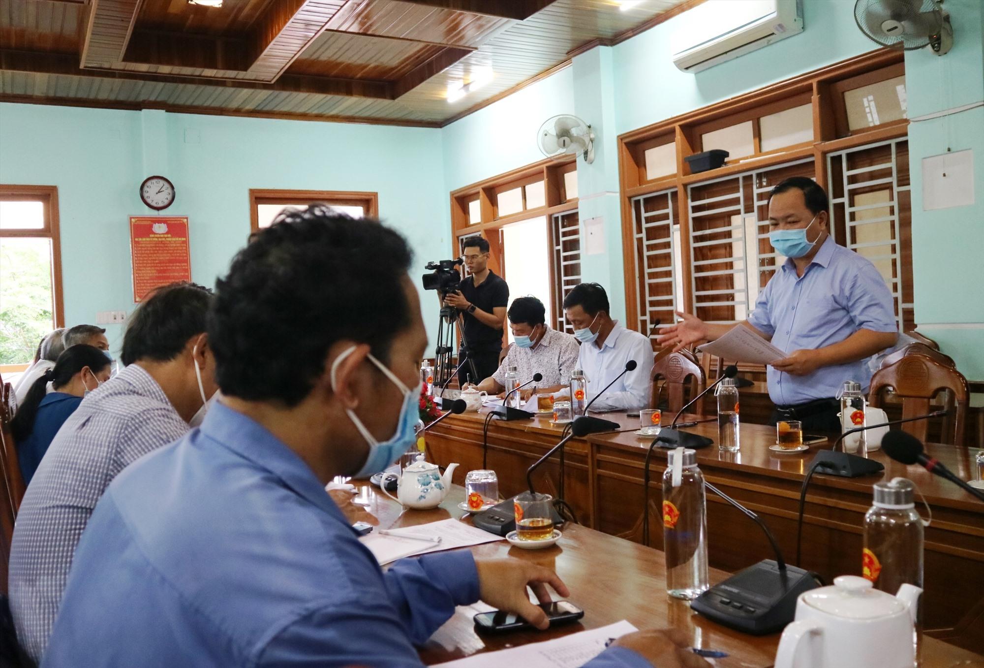 Đồng chí Nguyễn Hồng Quang phát biểu chỉ đạo nhiều nội dung quan trọng tại buổi làm việc với lãnh đạo huyện Đông Giang vào chiều nay 18.5. Ảnh: A.N