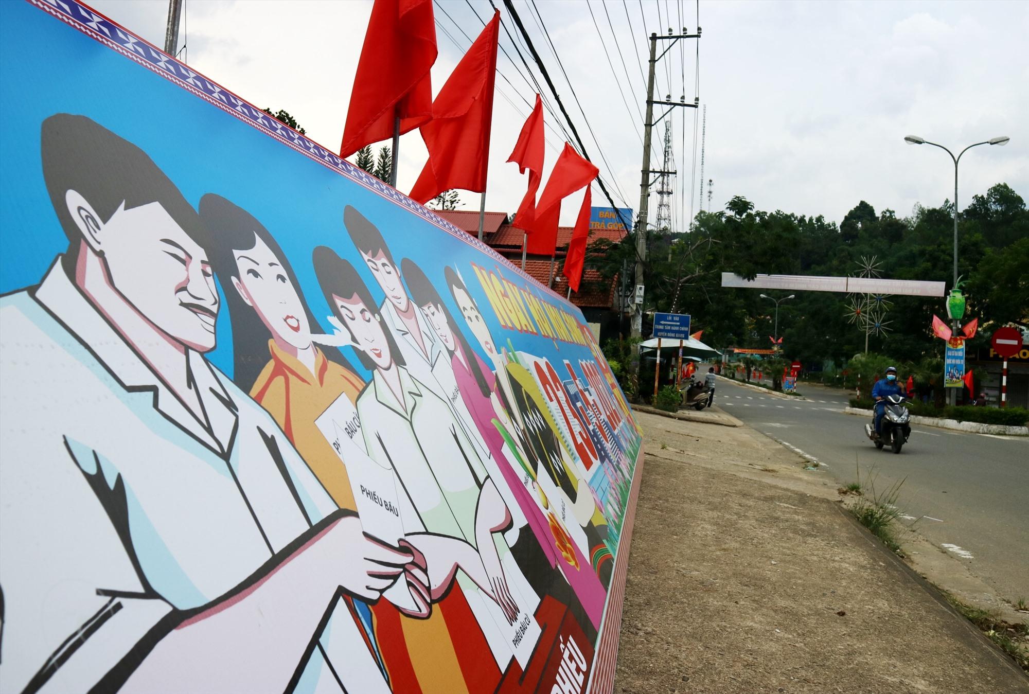 Pa-nô tuyên truyền về cuộc bầu cử được đặt trục đường chính của nội thị P'rao. Ảnh: A.N