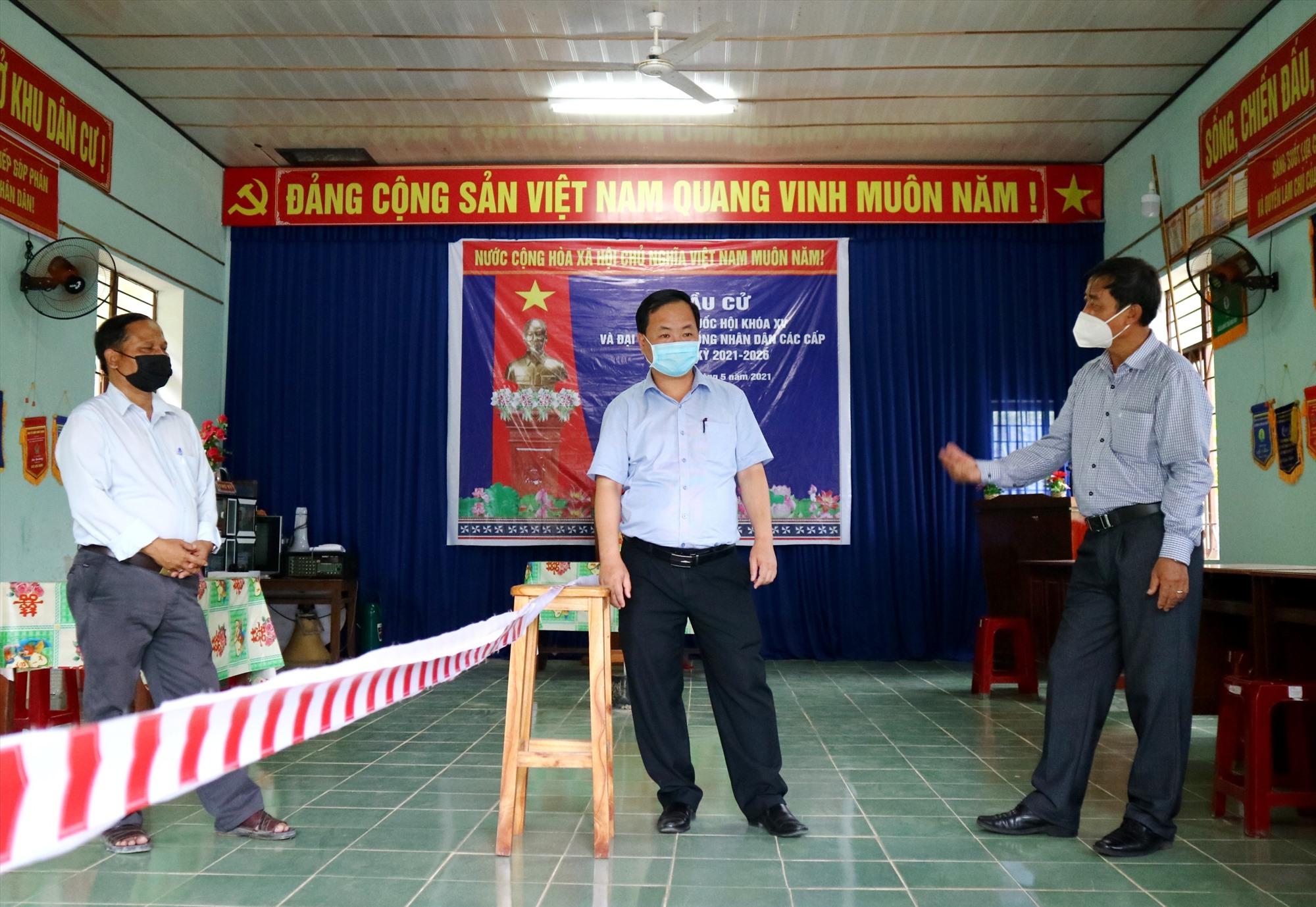 Phó Chủ tịch UBND tỉnh Nguyễn Hồng Quang kiểm tra thực tế một điểm bầu cử được địa phương chuẩn bị tại thị trấn P'rao. Ảnh: A.N