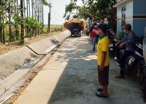 Người dân thôn Phú Nam và Vĩnh An Bắc (xã Tam Xuân 2) mong muốn đầu tư kênh N33 bằng hình thức nắp đậy để kết hợp mở rộng đường giao thông vừa đảm bảo an toàn. Ảnh: T.T.