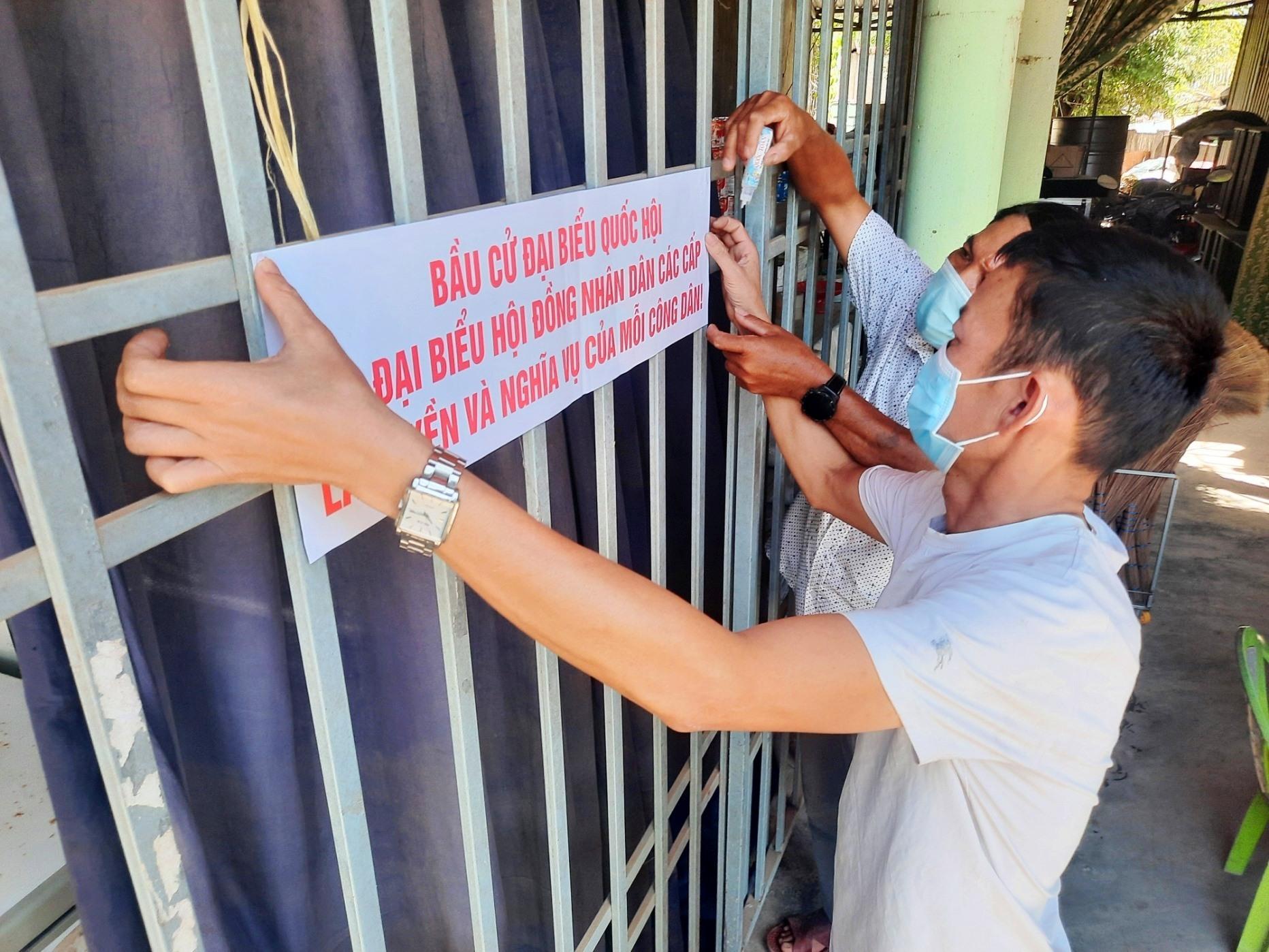 Dán áp phích tuyên truyền bầu cử tại các khu vực có nhiều người đến là cách làm hay của thôn Đại Đồng. Ảnh: Đ.C