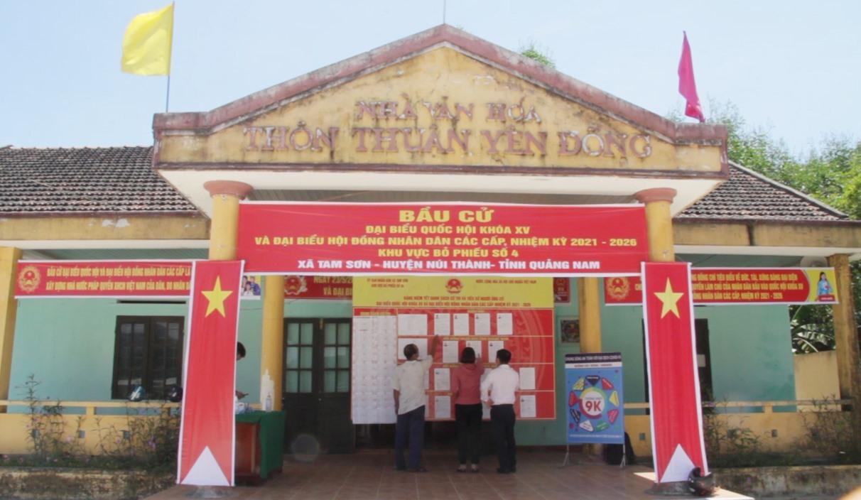 Một điểm bỏ phiếu được trang trí bắt mắt tại xã miền núi Tam Sơn. Ảnh: Q.H