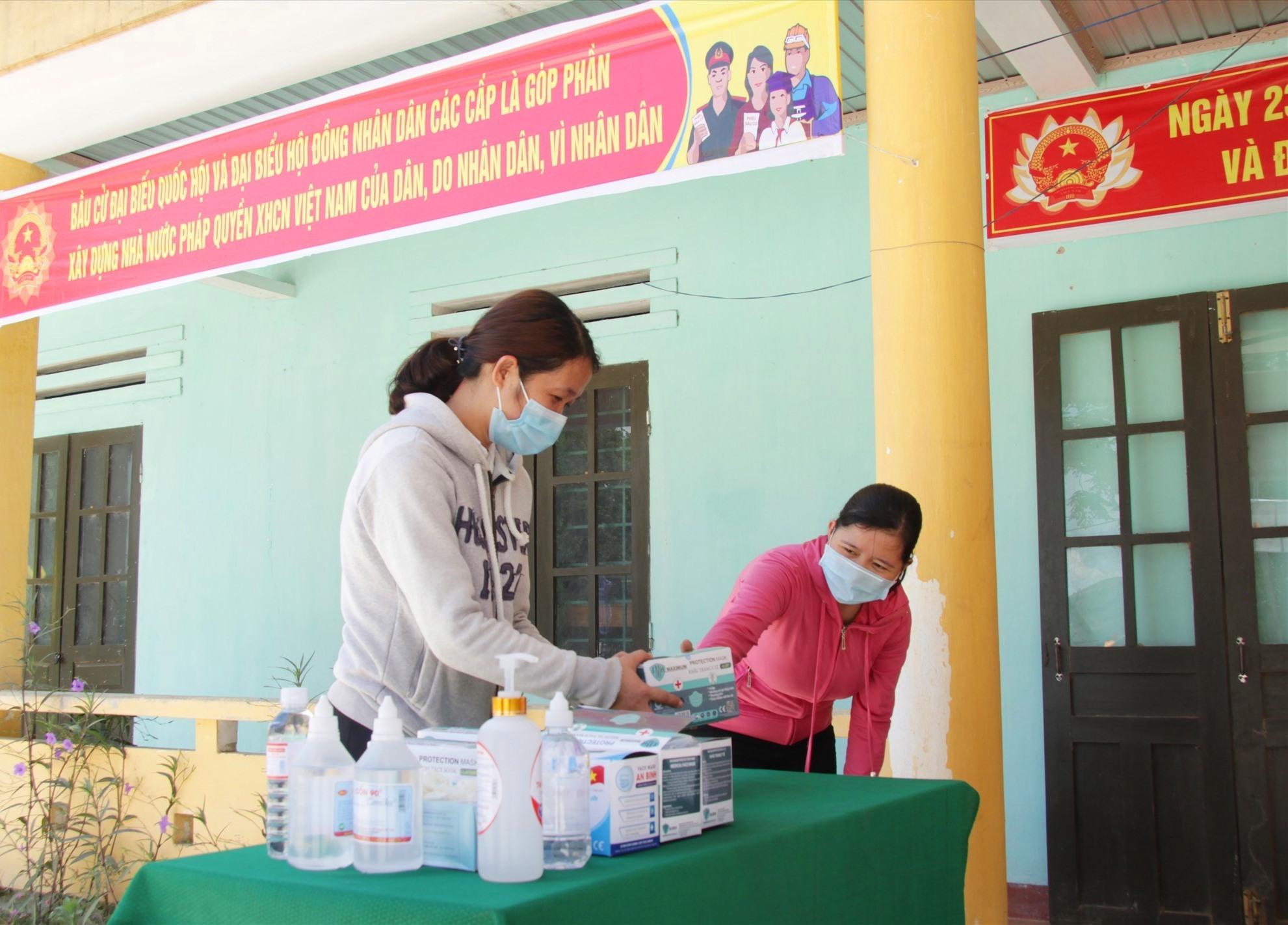 Chuẩn bị các vật tư, thiết bị y tế để phòng chống dịch Covid-19 trong bầu cử. Ảnh: Q.H