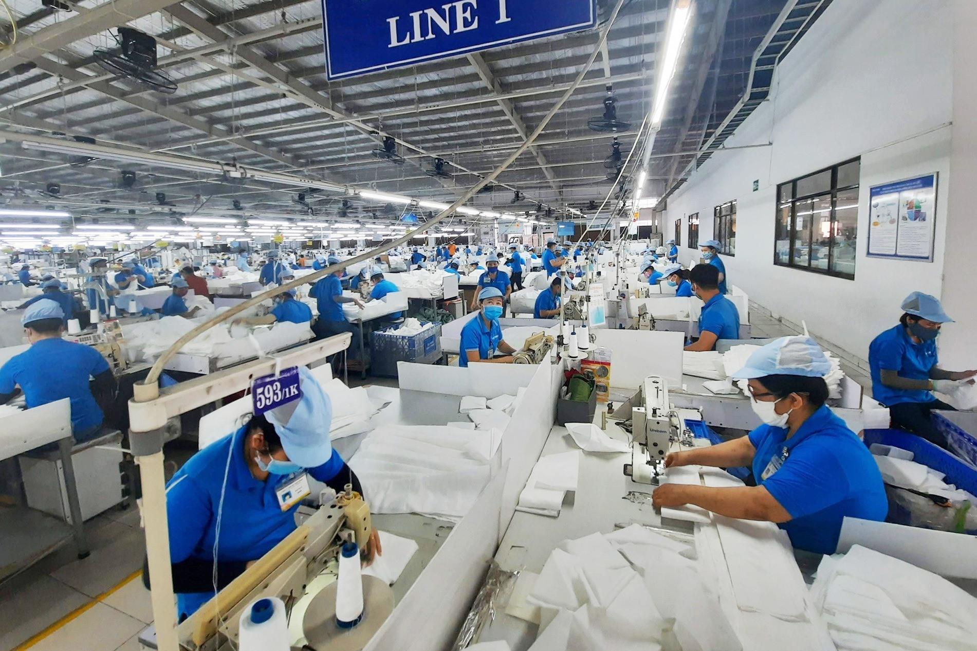 Các doanh nghiệp sẽ bố trí phương án sản xuất hợp lý để tạo điều kiện cho công nhân đi bầu cử. Ảnh: H.Đ