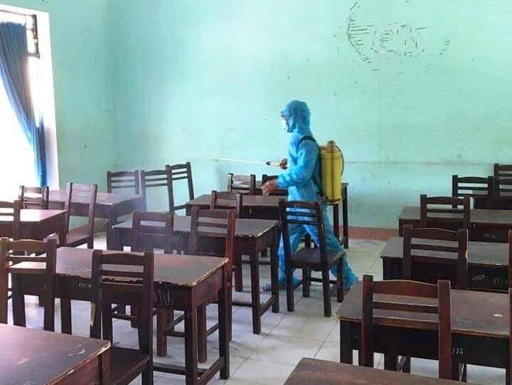 Ngành y tế triển khai xịt sát khuẩn trường lớp đón học sinh thi, kiểm tra học kỳ 2 và xịt sát khuẩn sau mỗi buổi thi. Ảnh: H.L