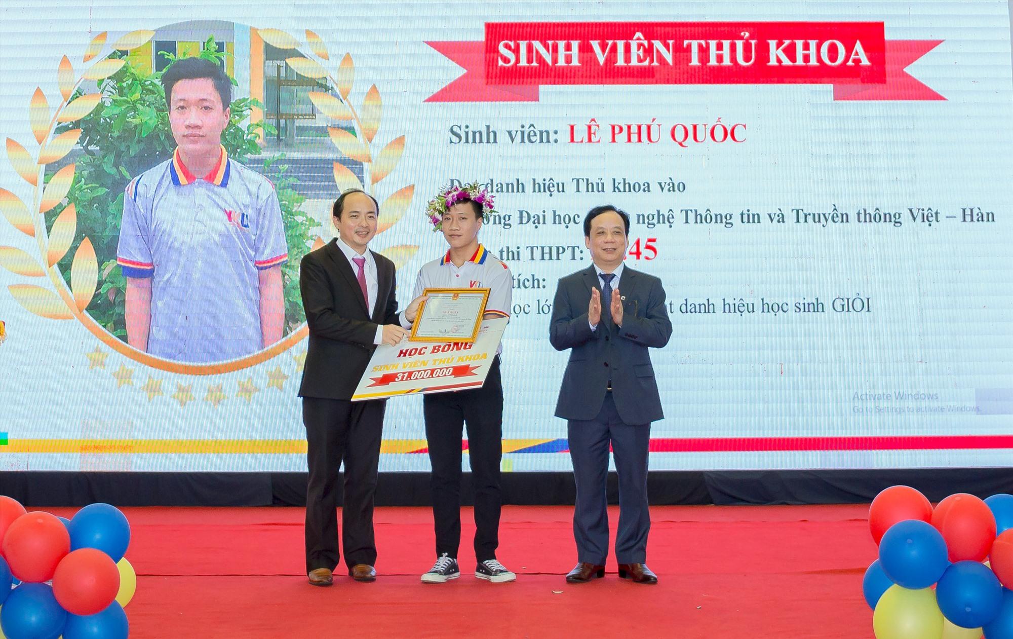 Giám đốc ĐHĐN (bên phải) và Hiệu trưởng VKU vinh danh Thủ khoa đầu vào VKU năm 2020.