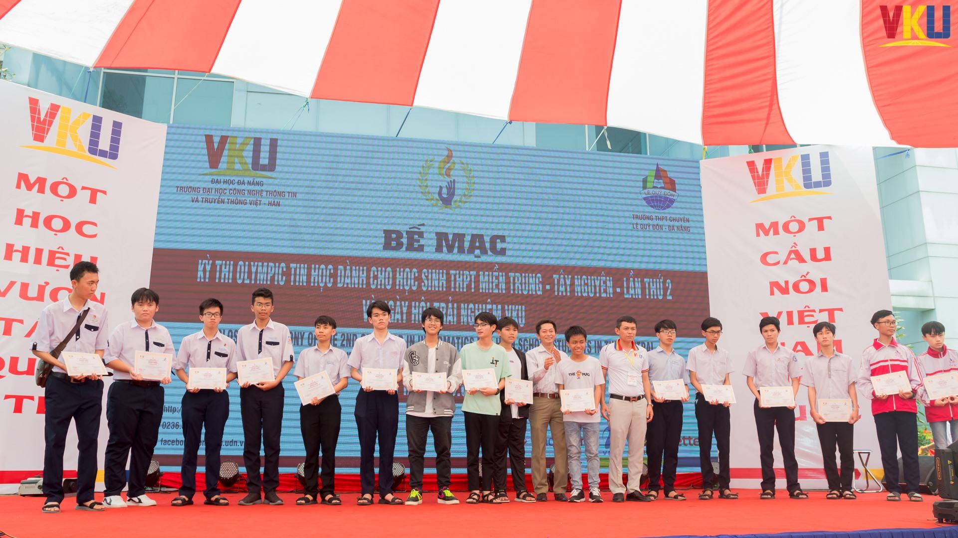 Chủ tịch Hội đồng Trường Nguyễn Thanh Bình trao giải Olympic Tin học cho học sinh THPT.
