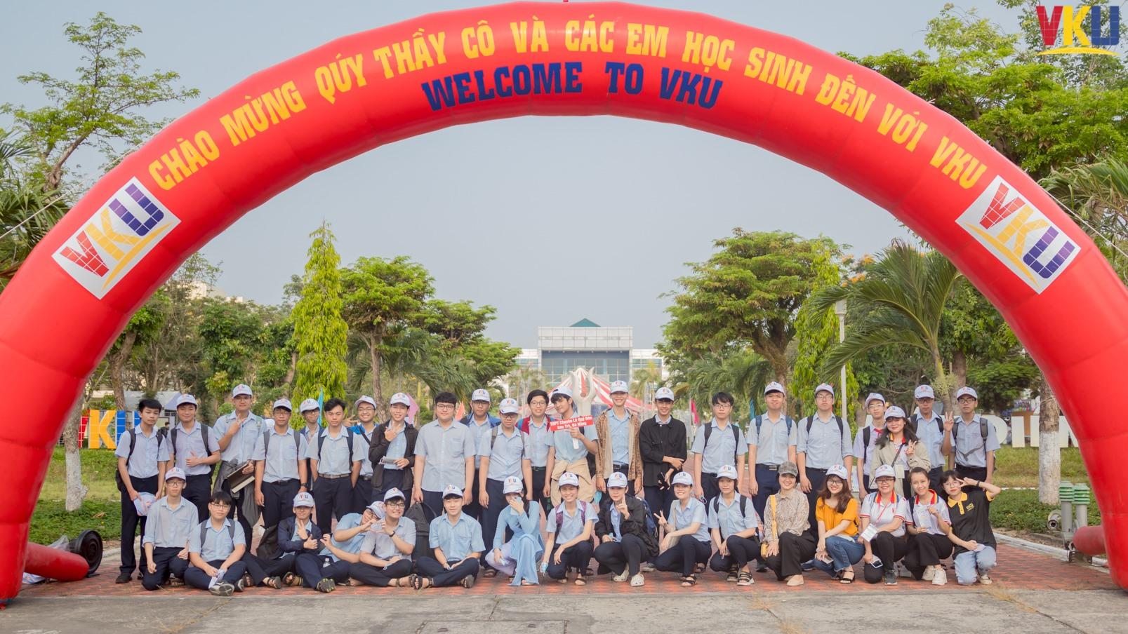 VKU chào đón các bạn học sinh THPT và thí sinh trở thành tân SV của Nhà trường.