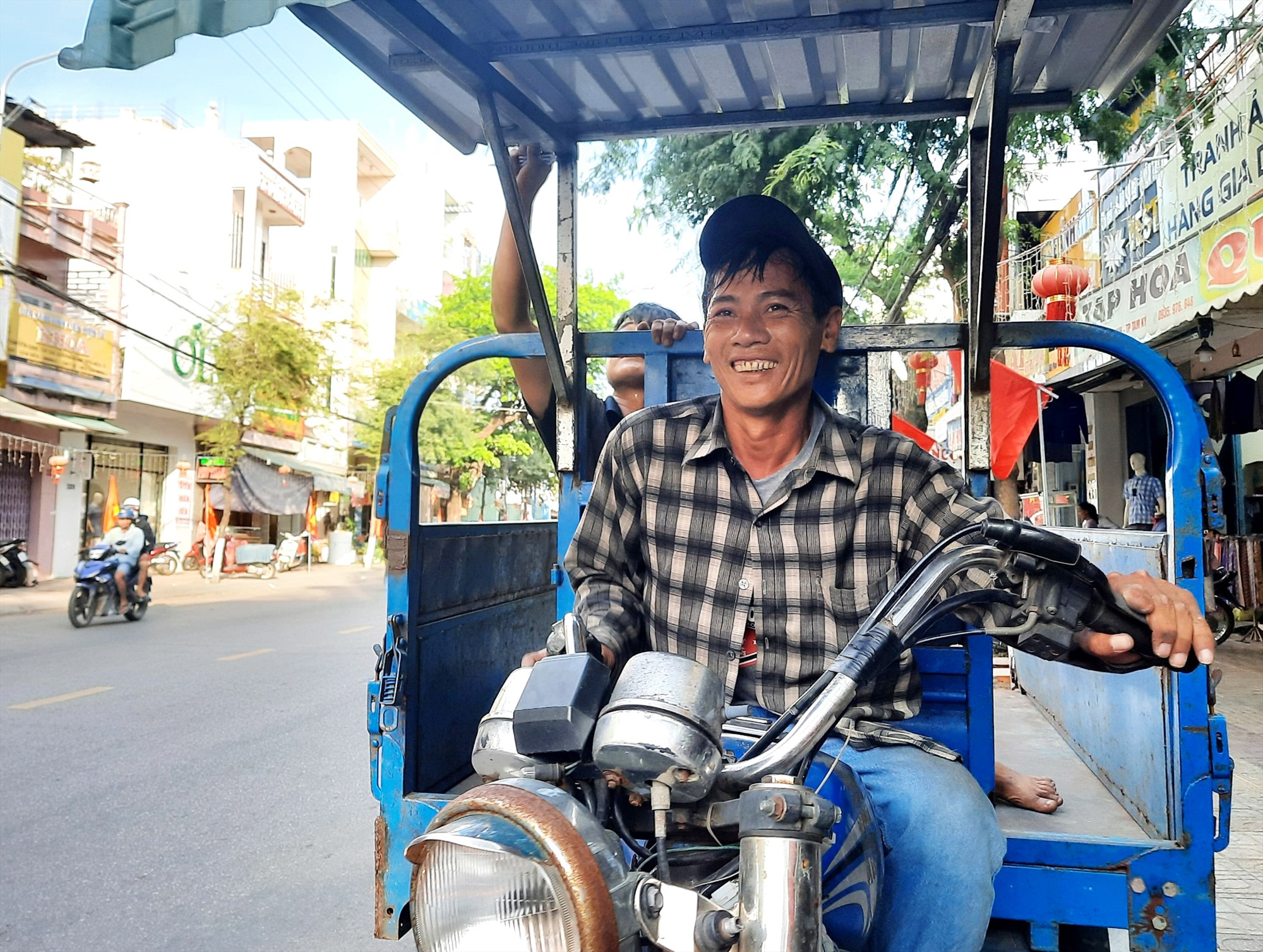 Sau nhiều cố gắng, anh Huỳnh Văn Bình đã có thể mỉm cười về tương lai của cuộc đời mình. Ảnh: C.Q