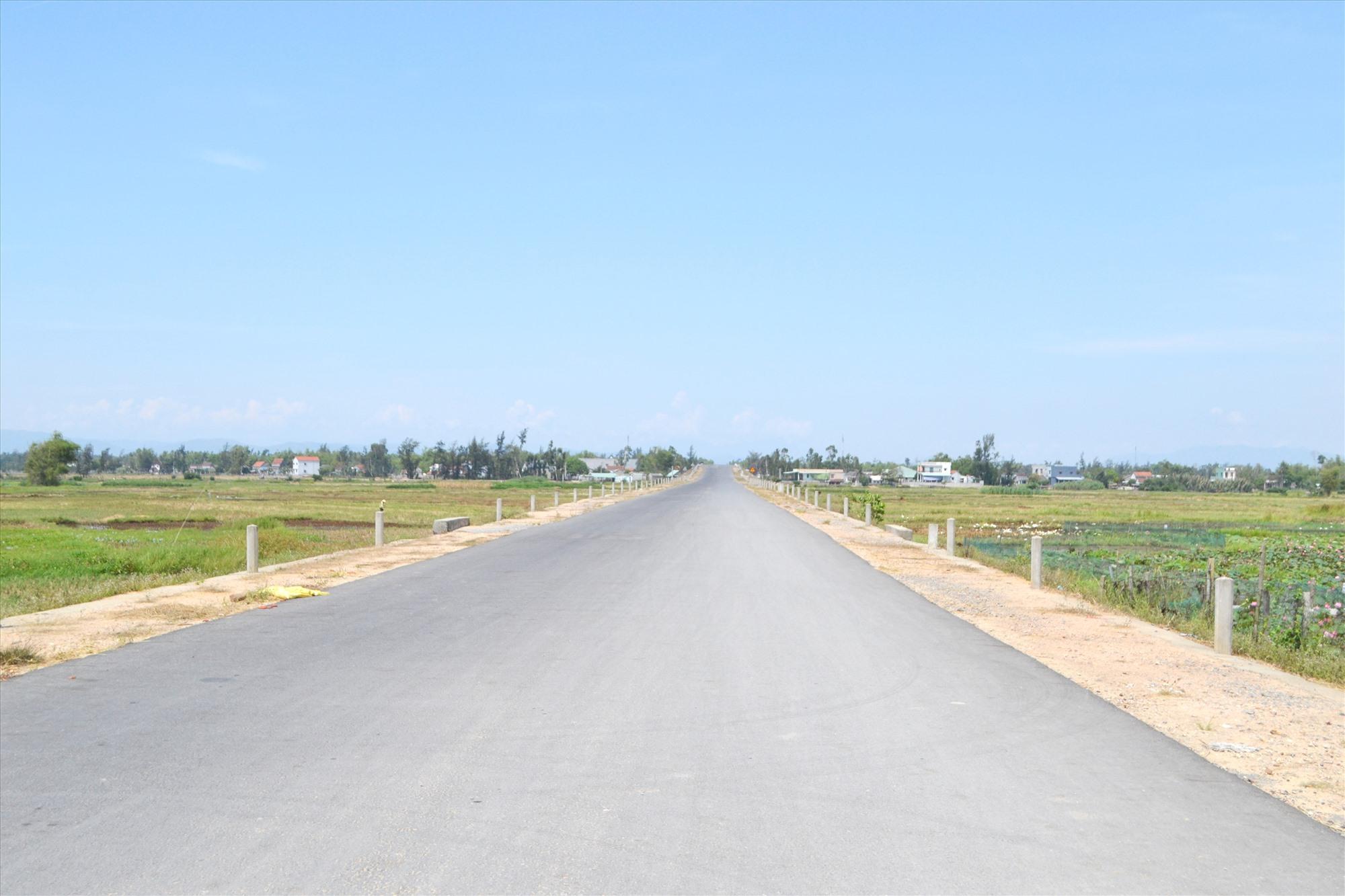 Đường nối từ đường Võ Chí Công lên ngã ba Cây Cốc đã thi công xong đoạn giữa tuyến. Ảnh: CT