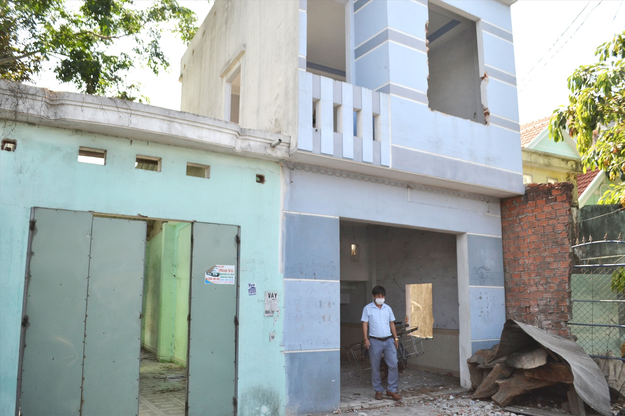 Hai hộ ông Trương Đi và Trà Hữu Tâm đã nhận tiền bồi thường và đang tháo dỡ nhà tại khu vực ngã ba Cây Cốc. Ảnh: CT