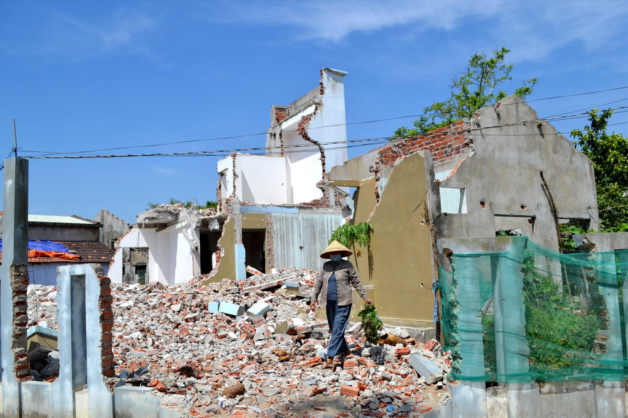 Một hộ dân ở xã Bình Đào đã tháo gỡ nhà để bàn giao mặt bằng. Ảnh: CT