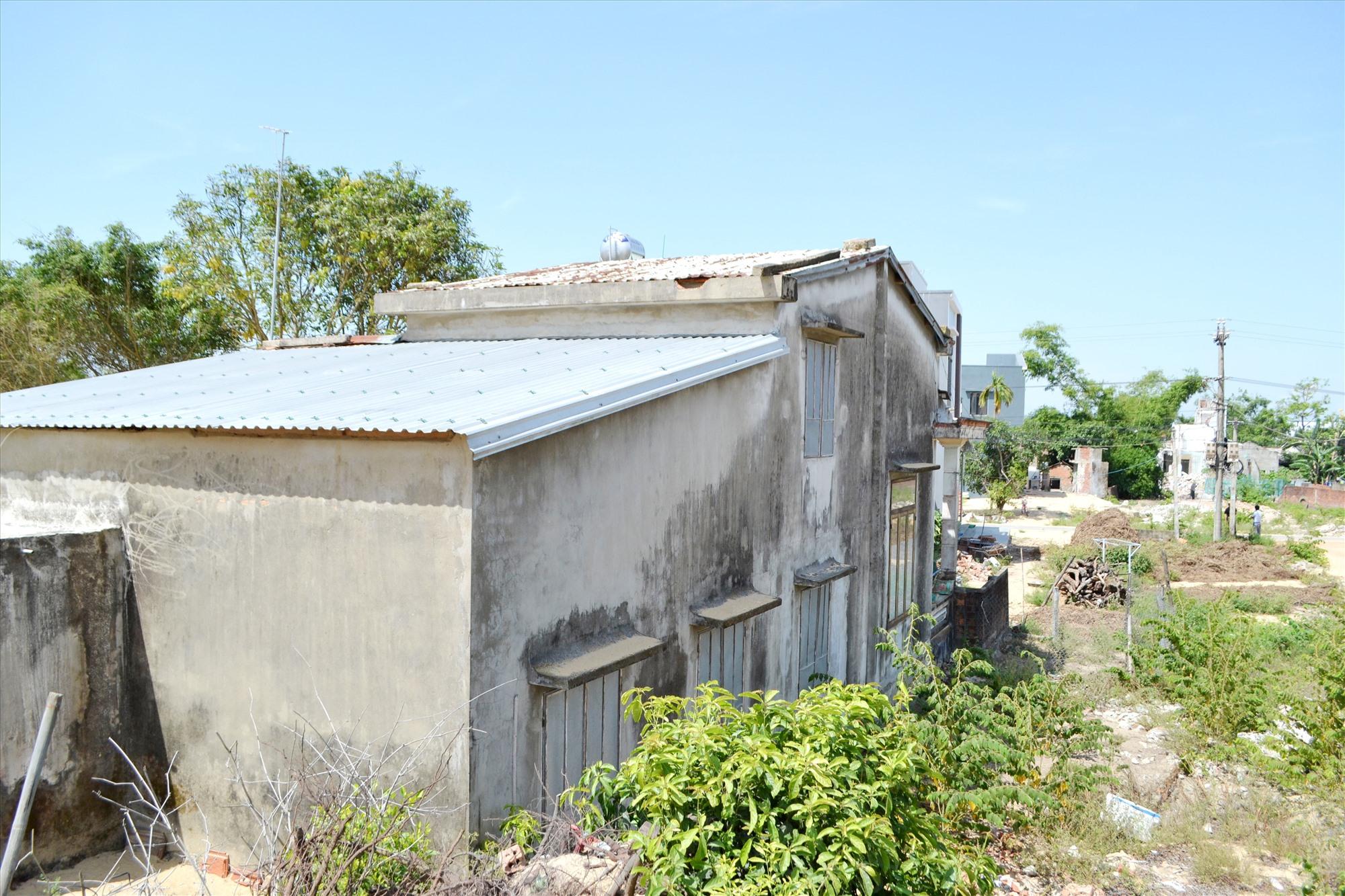Căn nhà của bà Văn Thị Vui (gần đầu tuyến, thuộc xã Bình Đào) bị ảnh hưởng bởi dự án đã nhận tiền bồi thường và chuẩn bị bàn giao mặt bằng. Ảnh: CT