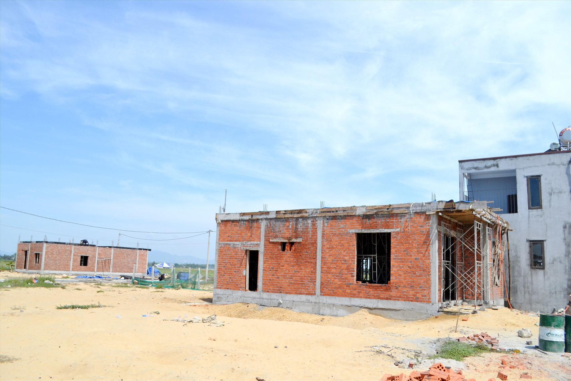 Nhiều căn nhà đang được xây dựng tại khu tái định cư Bình Đào, công trình phục vụ tái định cư cho các hộ bị ảnh hưởng bởi dự án. Ảnh: CT