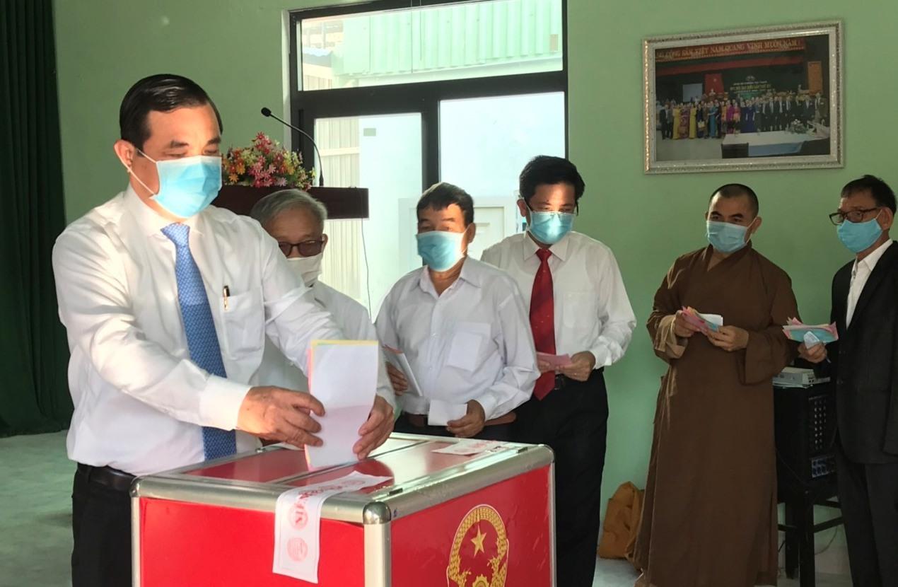 Bí thư Tỉnh ủy Phan Việt Cường bỏ phiếu bầu cử.