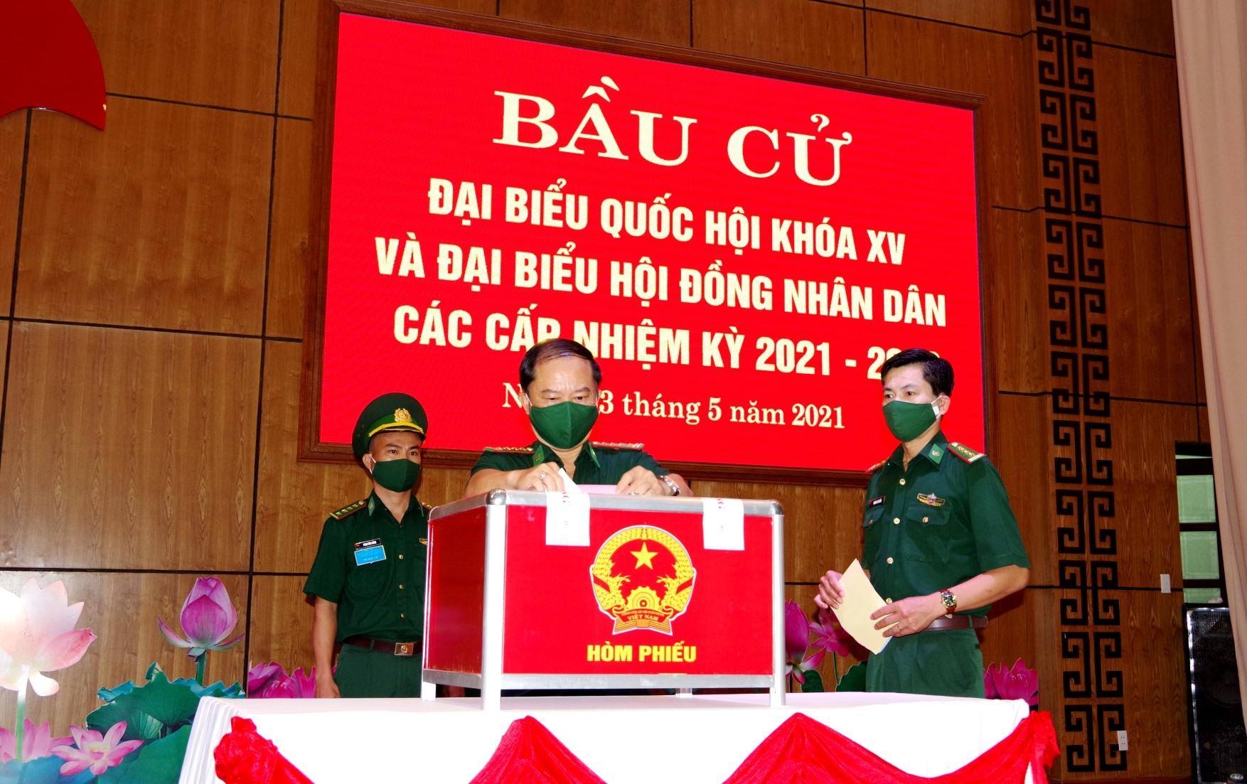 Cán bộ, chiến sĩ Bộ đội Biên phòng tỉnh tham gia bỏ phiếu.