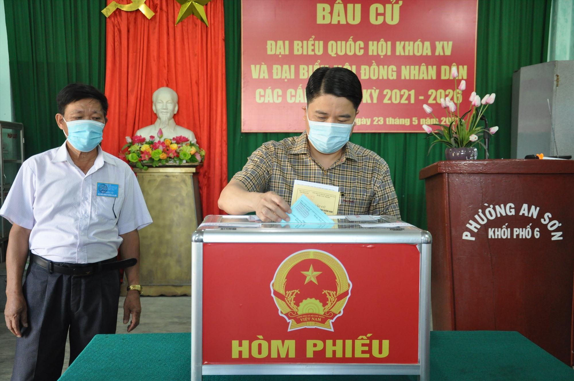 Phó Chủ tịch UBND tỉnh Trần Văn Tân bỏ phiếu bầu cử thực hiện quyền công dân.