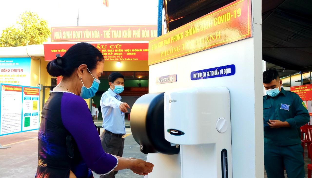 Khu vực bỏ phiếu số 6 (khối phố Hòa Nam, phường Tân Thạnh) bố trí máy sát khuẩn tự động phục vụ cử tri phòng chống dịch.