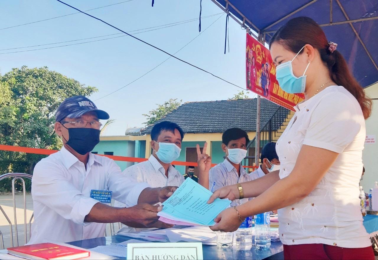 Cử tri thôn Trung Vĩnh (xã Quế Xuân 2) nhận phiếu bầu cử.