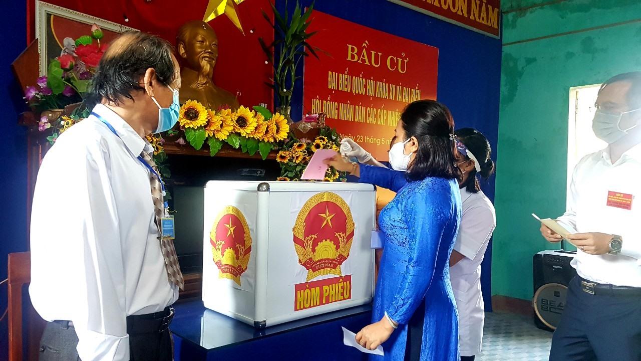 Bà Huỳnh Thị Thùy Dung - Trưởng Ban Dân vận Tỉnh ủy thực hiện quyền bầu cử tại nơi cư trú.