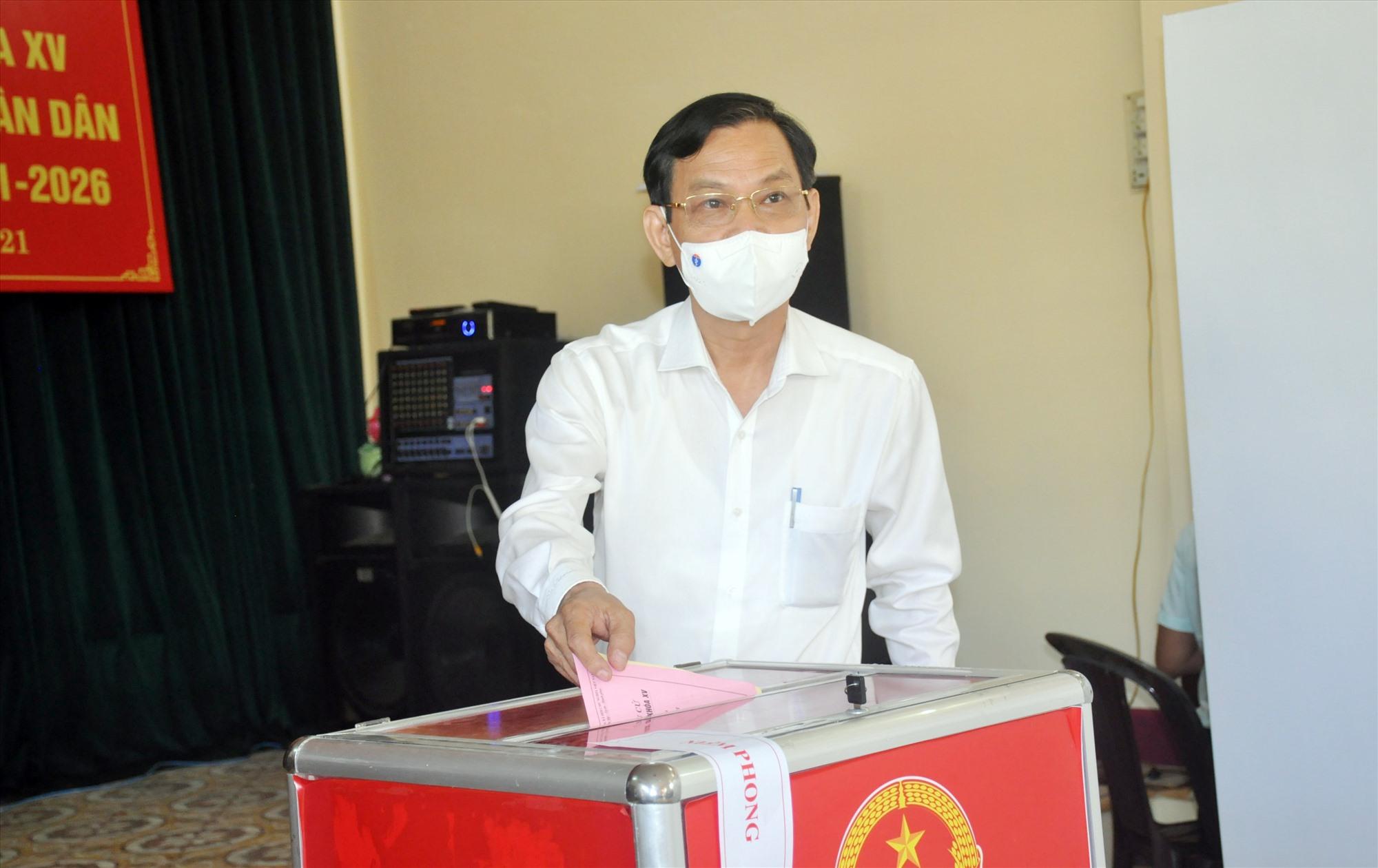 Đồng chí Nguyễn Chín - đại diện lãnh đạo tỉnh bỏ lá phiếu đầu tiên.