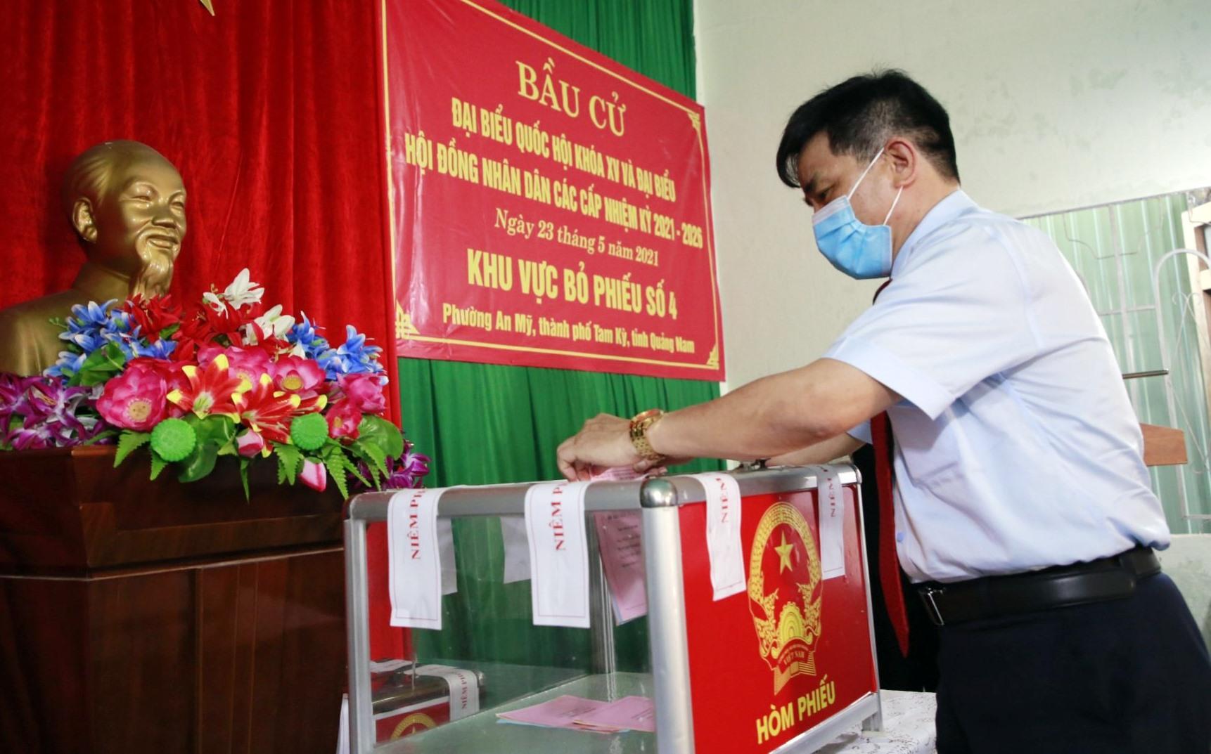 Phó Bí thư Thường trực Tỉnh ủy Lê Văn Dũng bỏ phiếu tại khu vực bỏ phiếu số 4.