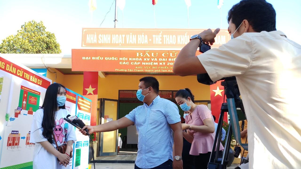 Phóng viên các cơ quan báo chí đang tác nghiệp tại tại khu vực bầu cử số 6, khối phố Hòa Nam.