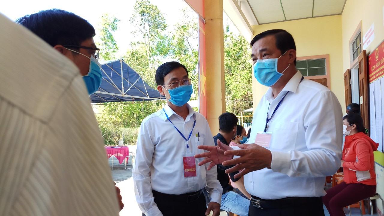Bí thư Tỉnh ủy Phan Việt Cường trao đổi với đại diện Tổ bầu cử số 3 xã Tam Thành.